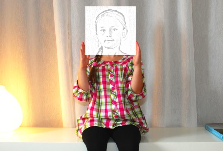 Min dotter Tuva med ett tecknat huvud