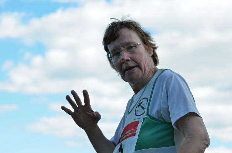 Birgitta Eriksson vinkar glatt