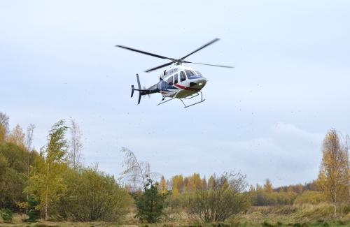 Helikopter kommer in för landning - Bell 429