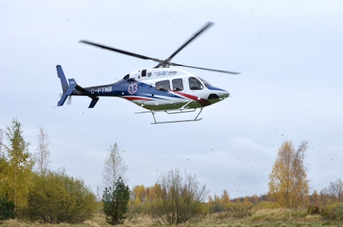 Helikoptern Bell 429 går ner för landning