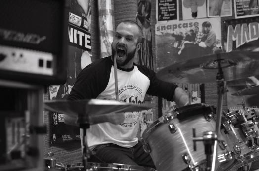 Martin spelar trummor i bandet Damien