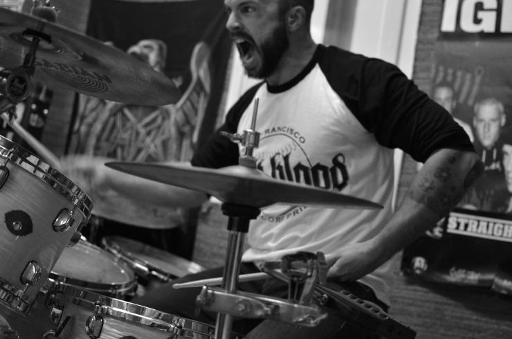 Martin i bandet Damien spelar trummor