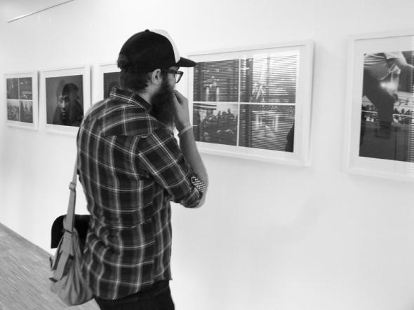 Fotografen Tommie Ohlson på utställningen