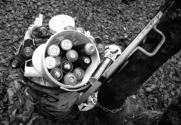 Soptunna fylld med sprayburkar