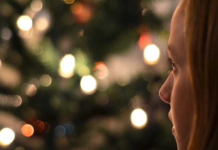 Jenny framför julgranen