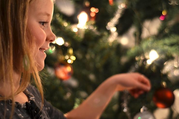 Tuva pyntar julgranen