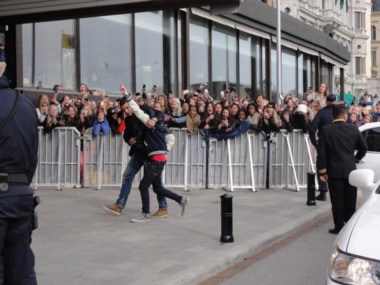 Justin pajasen utanför Grand Hotel