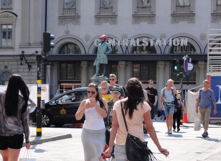 Nils Ericsons staty utanför Stockholms centralstation har fått bygghjälm på huvudet