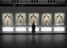 En liten besökare tittar på bilder av Motohiko Odani på Fotografiska museet 2013