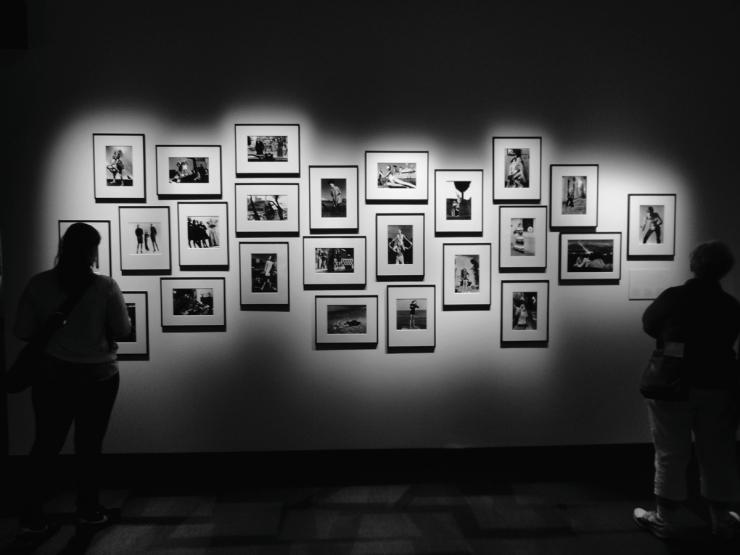 Utställningen bjuder på många bilder av Helmut Newton