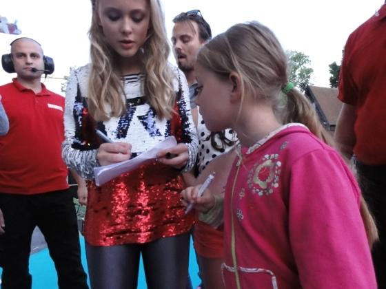 Zara Larsson skriver Autograf åt Tuva