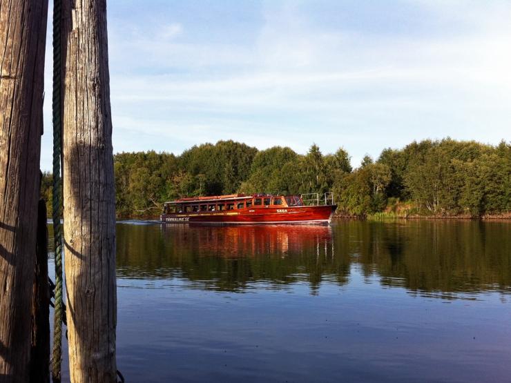 Båtbussen i Karlstad glider förbi hållplats 94 i Björkås
