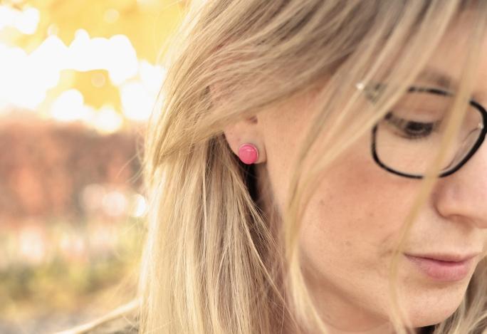 Med rosa örhänge