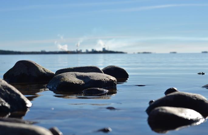 Vänern spegelbland med Skoghallsverken i bakgrunden