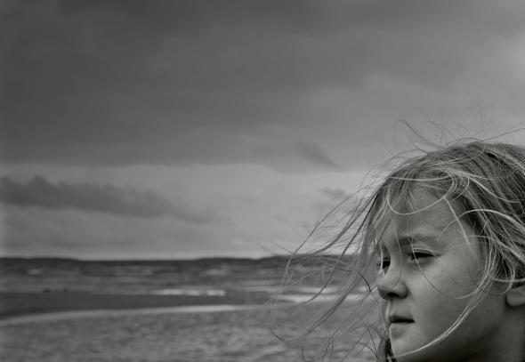 Flicka med vind i håret