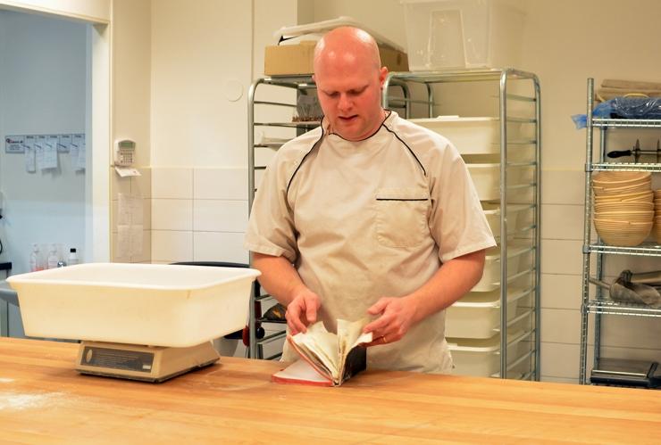 Ägaren Mattias med Svarta boken