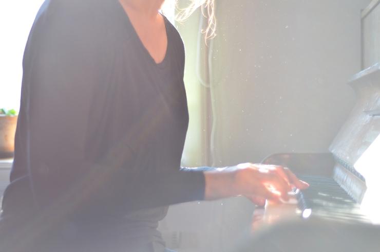 Anna spelar piano