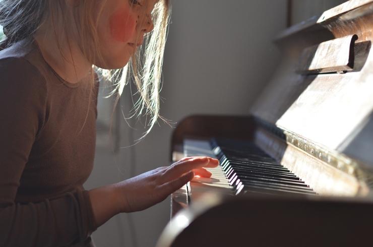Tuva spelar piano